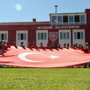 Nevşehir Belediyespor Zafer Bayramı'nı Türk bayrağı açarak kutladı